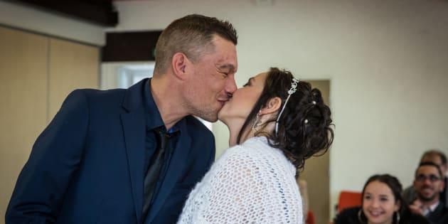 Atteinte d'un cancer incurable, elle se marie en un temps record grâce à une cagnotte sur Facebook.