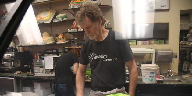 Jack Phillips, le pâtissier, qui avait refusé un gâteau à un couple gay, poursuivi par une femme transgenre
