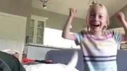 La emocionante reacción de una niña con parálisis cerebral que anda por primera