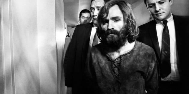 Charles Manson, acusado de liderar un culto hippie que ejecutó los asesinatos de Sharon Tate y Rosemary LaBianca, a su salida de una audiencia de la Corte, después de aplazar una declaración de culpabilidad por los cargos de homicidio.