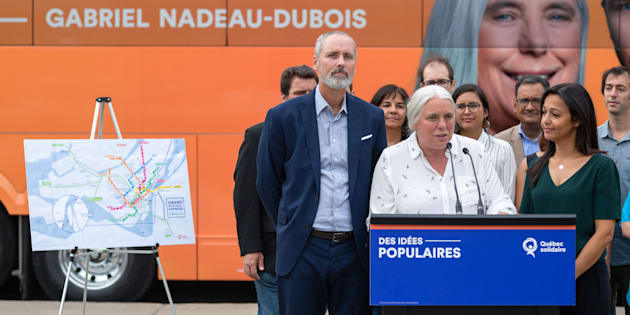 Manon Massé a procédé au dévoilement du projet le «Grand Montréal express» en compagnie des candidats Vincent Marissal (gauche) et Ruba Ghazal (droite).