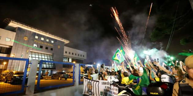 Após confusão na chegada a Curitiba, com adultos e crianças feridas, Lula passou primeira noite na prisão de forma tranquila.