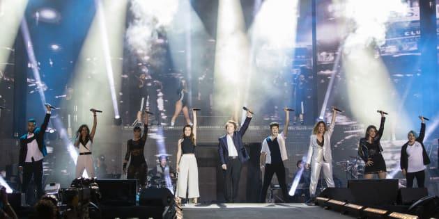 Los concursantes de 'Operación Triunfo' 2017 y el cantante Raphael en el concierto en el Santiago Bernabéu.