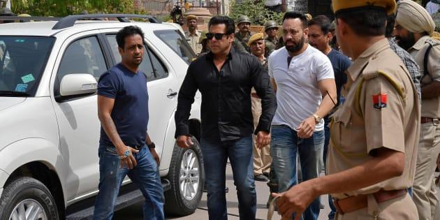 Salman Khan (en chemise noire) arrive à Jodhpur, dans l'Etat indien du Rajasthan, pour assister à son procès ce jeudi 5 avril