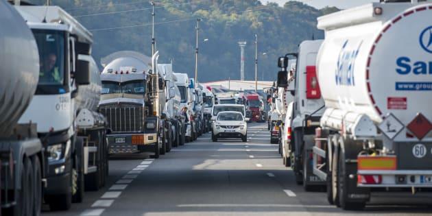 La CGT et FO lèvent leur appel à la grève du transport routier (photo d'illustration prise lors d'un blocage de la raffinerie de Feyzin le 29 septembre 2017)