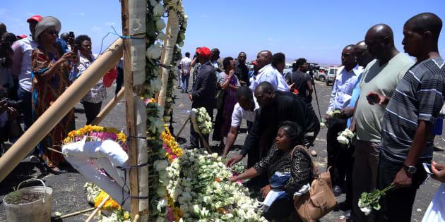 Des proches des victimes déposent des fleurs sur un mémorial à Addis-Abeba.