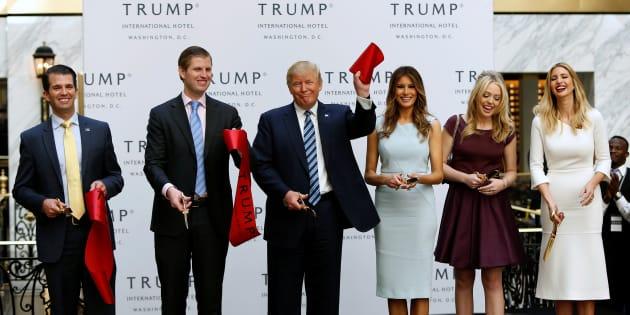 Selon CBSNews et CNN, Trump souhaiterait que Donald Trump Jr., Eric Trump, Ivanka Trump (à l'extrême droite de la photo) et son mari, aient accès aux dossiers secrets