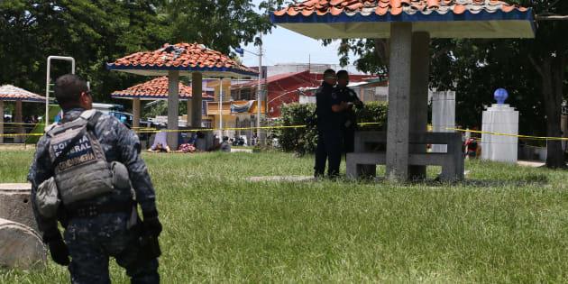 VILLAHERMOSA, TABASCO, 21JULIO2017.- Tres hombres y una mujer fueron asesinados en las inmediaciones del parque público Domingo Colin,. Elementos de la Policía Estatal, Gendarmería y Ejército Mexicano resguardaron el lugar.