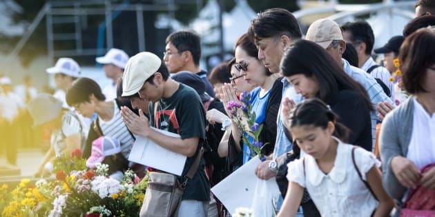 Visitantes depositam flores e rezam por vítimas em memória dos 72 anos do ataque nuclear em Hiroshima.