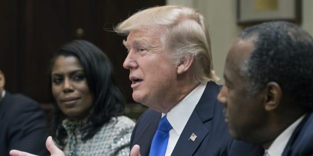 Omarosa Manigault (à gauche) et Donald Trump à la Maison Blanche le 1er février 2017.