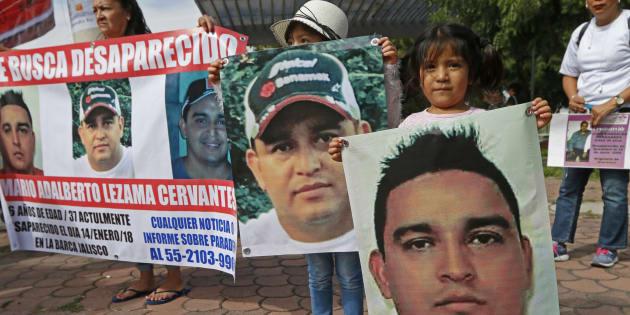 Familares de personas desaparecidas de entidades como Queretaro, Nayarit, Sinaloa, Michoacan, Veracruz y Jalisco se manifestaron desde temprana hora a las afueras del Instituto Jalisciense de Ciencias Forenses (IJCF), el 21 de septiembre de 2018.