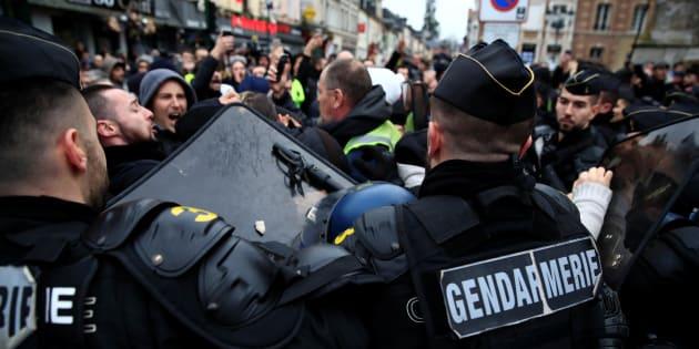 Des gendarmes face à des gilets jaunes à Grand Bourgtheroulde, où Emmanuel Macron a lancé le grand débat national mardi 15 janvier.