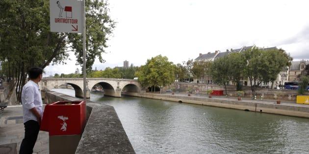 """Un """"Uritrottoir"""" sur l'Ile Saint-Louis, en bord de Seine, le 13 août"""