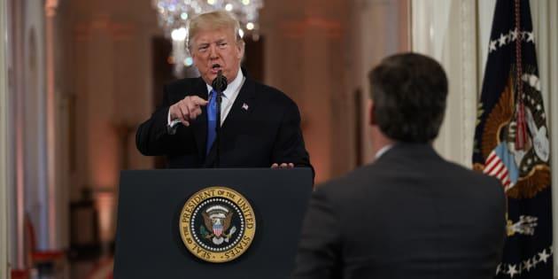Donald Trump va devoir rendre son accès au journaliste de CNN Jim Acosta avec qui il a eu un échange houleux le 7 novembre dernier en conférence de presse.