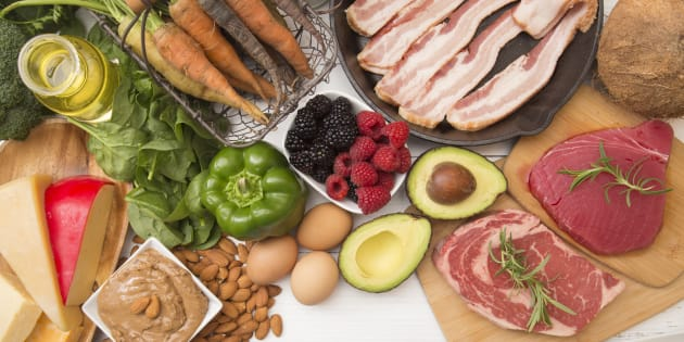 Du fromage, des noix, de l'huile, des avocats, des oeufs, quelques légumes, des petits fruits, et de la viande... voilà quelques exemples d'aliments permis dans une diète cétogène.