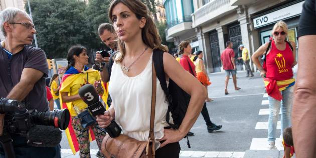Dos periodistas de TV3 cubren las movilizaciones de la Diada 2014 en Gran Vía.