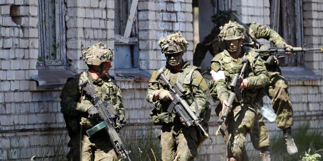 Des soldats canadiens lors d'un exercice.