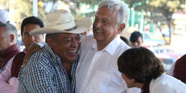 López Obrador (centro) fue recibido con festejos al llegar al municipio priista de Atlacomulco, Estado de México, la tarde del lunes.