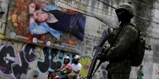 Exército ocupa cidade do Rio de Janeiro em crise de segurança.
