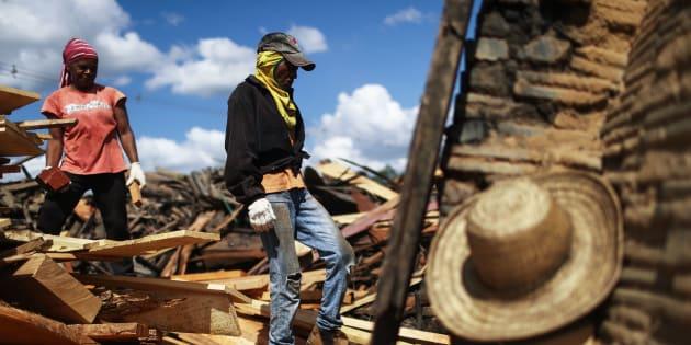 Mulheres trabalham em um forno de carvão, que queima madeira amazônica colhida em uma seção recentemente desmatada da floresta amazônica.