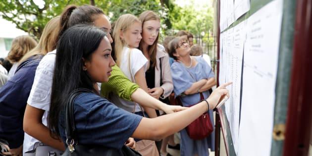 Des lycéennes devant les résultats du bac le 5 juillet 2017 à Paris.