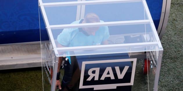 El árbitro argentino Nestor Pitana revisa en el VAR una acción polémica en la que Chicharito Hernández habría metido la mano en el área y le daría un penal a Suecia. Al final, el silbante decidió no marcar nada.