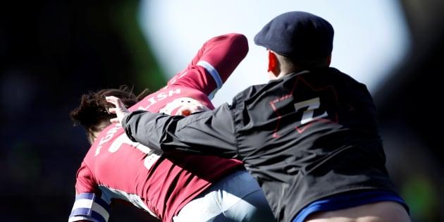 Après quelques minutes de jeu dans le derby de Brimingham, le meneur de jeu d'Aston Villa Jack Grealish a été agressé par un fan de l'équipe adverse.