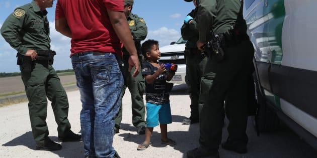 MISSION, Texas. 12 de junio. Un niño y padre de Honduras son detenidos por agentes de la Patrulla Fronteriza de Estados Unidos cerca de la frontera de EU-México.