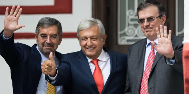 Andrés Manuel López Obrador, ganador de las elecciones presidenciales, acompañado de Marcelo Ebrard Casaubon, propuesto como nuevo Secretario de Relaciones Exteriores del gobierno de transición, presentaron al ex rector de la UNAM, Juan Ramón de la Fuente, como su propuesta para ocupar el cargo de Embajador ante la ONU.