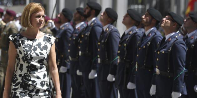 La ministra de Defensa, María Dolores de Cospedal, pasando revista en una foto de archivo.