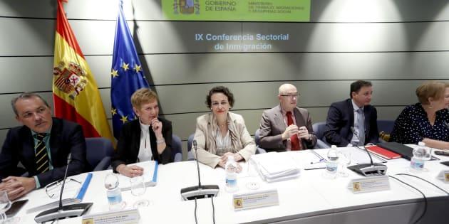 La ministra de Trabajo, Magdalena Valerio (centro), presidiendo hoy la mesa con las comunidades.