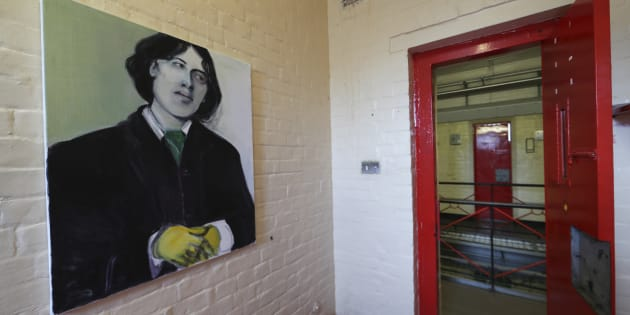 Retrato de Oscar Wilde, cuando estuvo preso, que se exhibe en una celda en la antigua prisión de Reading, en Gran Bretaña.