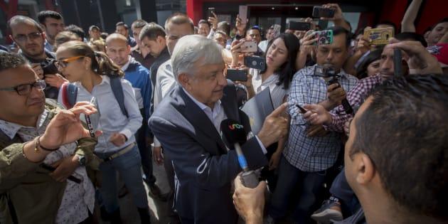 El presidente electo, Andrés Manuel López Obrador, a su llegada al aeropuerto Internacional de Tijuana, Baja California, el 20 de septiembre de 2018.