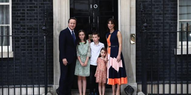 El ex primer ministro británico David Cameron, junto a Samantha, su mujer, y a sus hijos Nancy, Arthur y Florence, el 13 de julio de 2016 en Londres (Inglaterra).