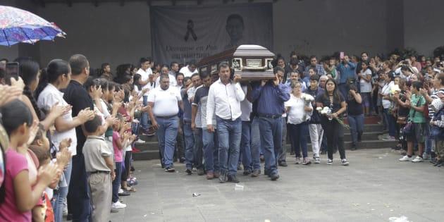 Entre llanto y aplausos su familia, amigos, compañeros de partido, de la política y el pueblo taretense este viernes dieron el último adiós al edil con licencia y candidato a la reelección de la alcaldía local, Alejandro Chávez Zavala.