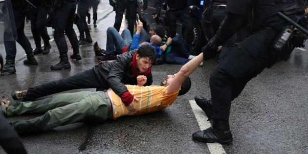 Agentes de la Policía se llevan a un manifestante, el pasado 1 de octubre en Barcelona.