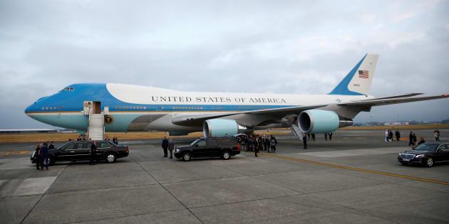 L'air Force One était jusqu'alors en bleu ciel et blanc, des couleurs instaurées par l'ancien président John Kennedy.
