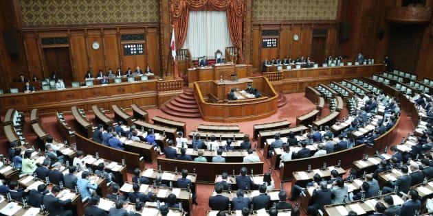 成人年齢を18歳に引き下げる改正民法が賛成多数で可決、成立した参議院本会議=6月13日、国会内