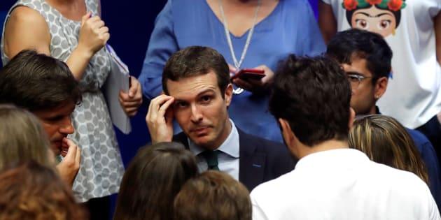 El presidente del PP, Pablo Casado, habla con los periodistas tras su comparecencia de ayer en la sede del partido en Madrid.