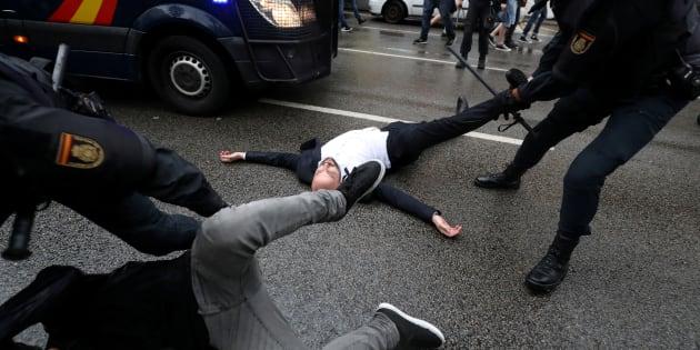 Agentes de la Policía Nacional arrastran a varios de los concentrados en un colegio electoral de Barcelona, el pasado 1 de octubre.