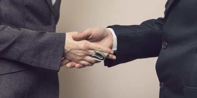 Dos empresarios intercambian dólares.