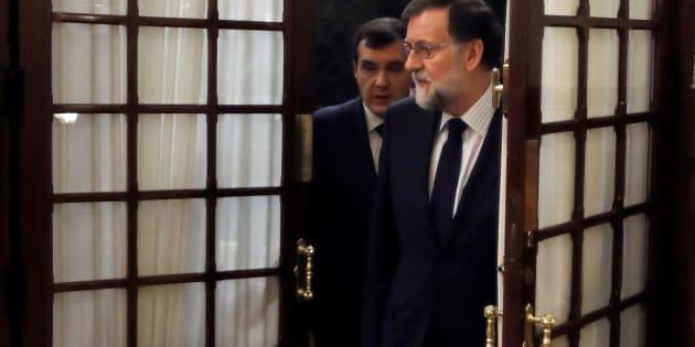 Mariano Rajoy con su jefe de gabinete, José Luis Ayllón, a la llegada a la sesión de control al Gobierno. EFE/Juan Carlos Hidalgo