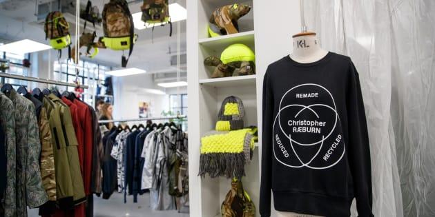 Ropa y accesorios en el estudio del diseñador Christopher Raeburn, en Londres.