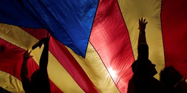 Antes do seu discurso, Puidgemont participou de uma grande manifestação no centro de Barcelona contra as medidas decididas pelo governo espanhol.