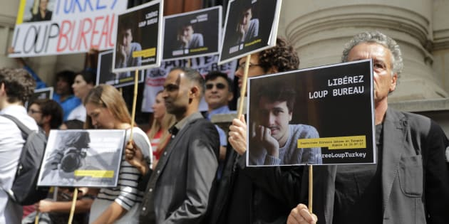 Les soutiens de Loup Bureau, journaliste français détenu en Turquie depuis un mois, lors d'un rassemblement organisé à Paris le 24 août