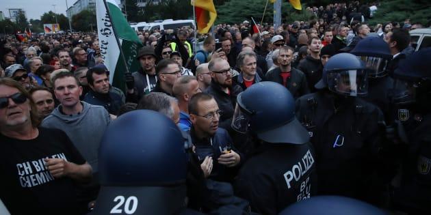 À Chemnitz, en Allemagne, néo-nazis et pro-migrants continuent de se faire face dans les rues.