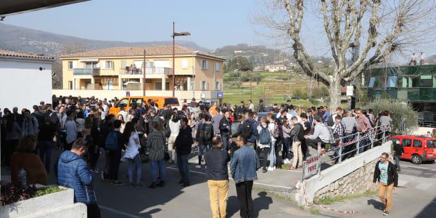 Parents et élèves près du lycée Alexis de Tocqueville à Grasse le 16 mars 2017.