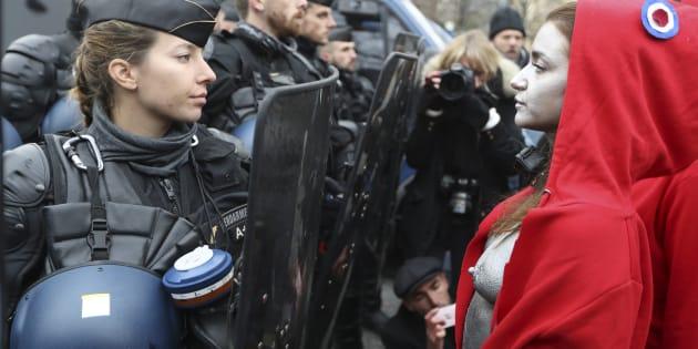 """Des """"Marianne"""" seins nus et bonnets phrygiens sur la tête ont fait face aux gendarmes à Paris."""