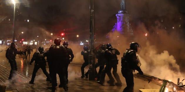 Plusieurs centaines de manifestants se sont rassemblés place de la République à Paris ce 26 janvier, avant l'évacuation par les forces de l'ordre.