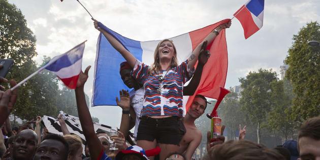 Comment prolonger l'euphorie de la victoire individuellement? (Des fans célèbrent la victoire de la France à la Coupe du monde, le 15 juillet, à Paris)